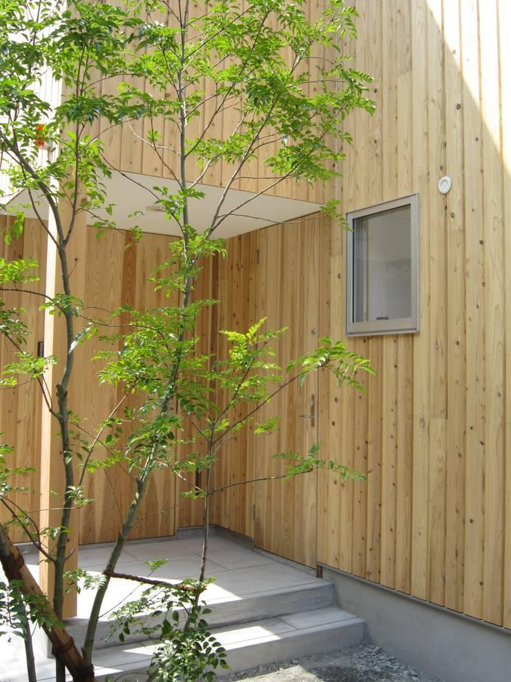 ポーチ: 有限会社クリエデザイン/CRÉER DESIGN Ltd.が手掛けた家です。