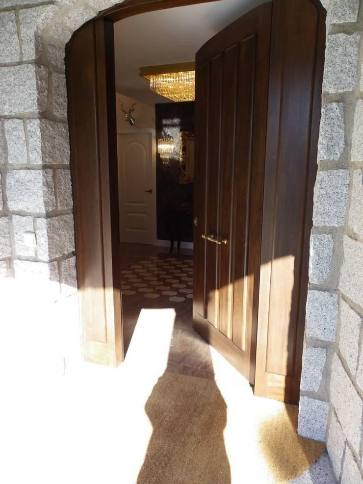 ENTRADA A VIVIENDA: Vestíbulos, pasillos y escaleras de estilo  de calero y asociados interioristas
