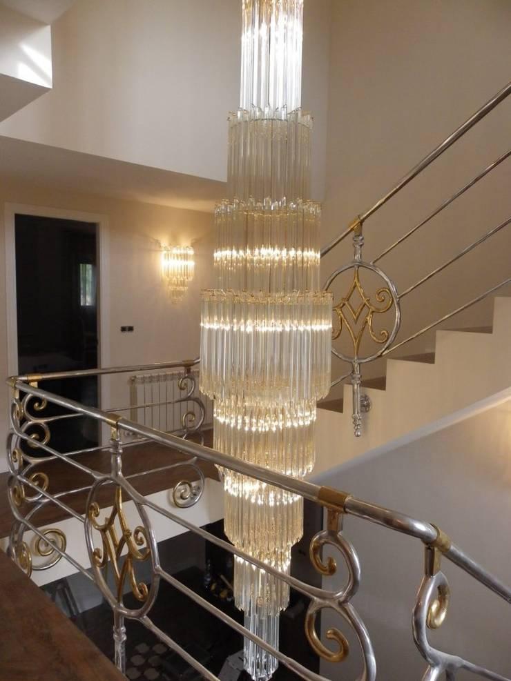 LAMPARA A MEDIDA HUECO DE ESCALERA CRISTAL Y BARANDILLA ESCALERA PERSONALIZADA : Vestíbulos, pasillos y escaleras de estilo  de calero y asociados interioristas