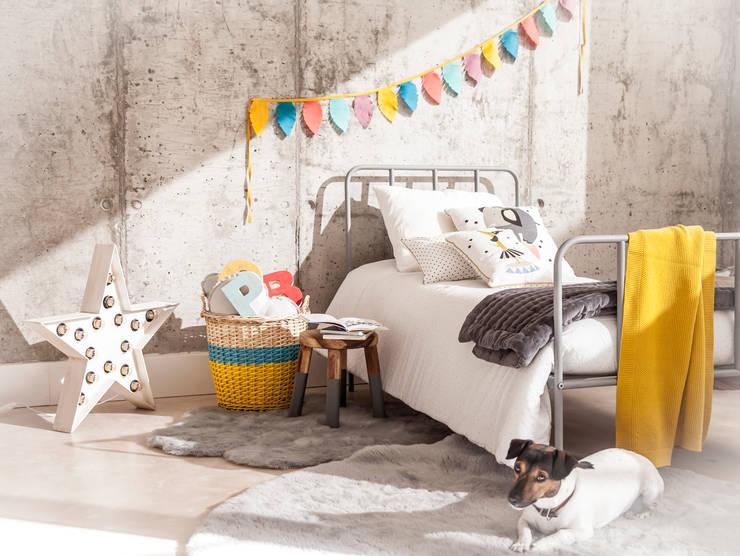 Decora el dormitorio de tus niños con nuestras alfombras y cojines y camas : Dormitorios infantiles de estilo  de BEL AND SOPH
