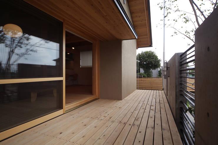 ウッドデッキ: 青木昌則建築研究所が手掛けた壁です。