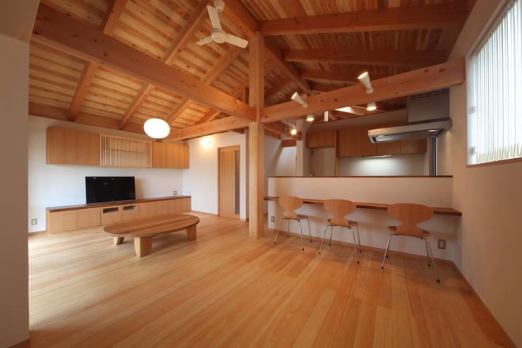 リビングダイニング: 青木昌則建築研究所が手掛けたリビングです。