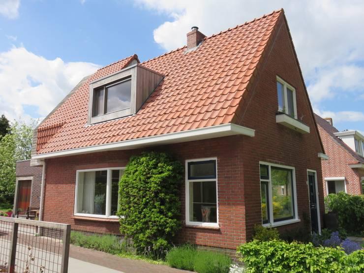 Samensmelting van oud en nieuw door pannen dak:   door TTAB (Tjade Timmer Architect & Bouwadvies)