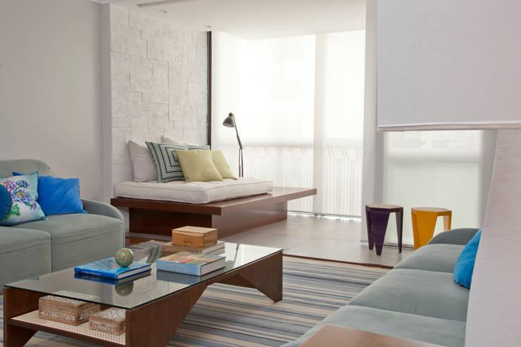 Living room by CARMELLO ARQUITETURA