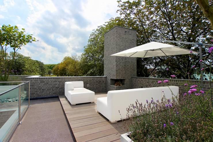 Balkon met lounge:  Terras door Stoop Tuinen, Modern
