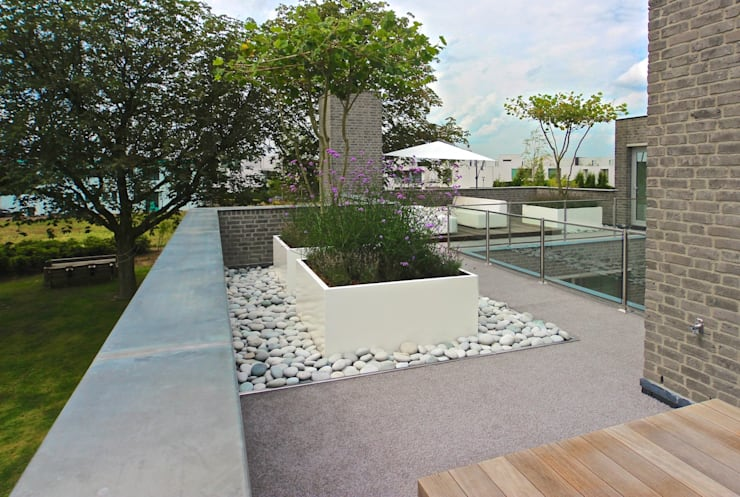 Balkon met kunstgras als buitentapijt:  Terras door Stoop Tuinen, Modern