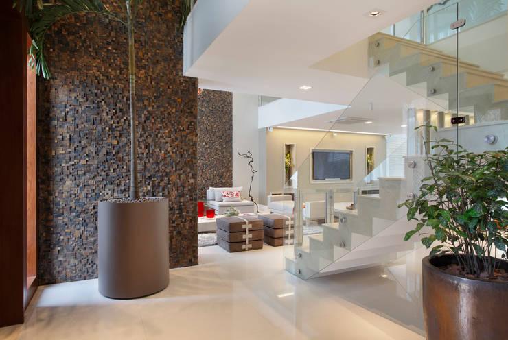 Pasillos y recibidores de estilo  por Arquitetura e Interior