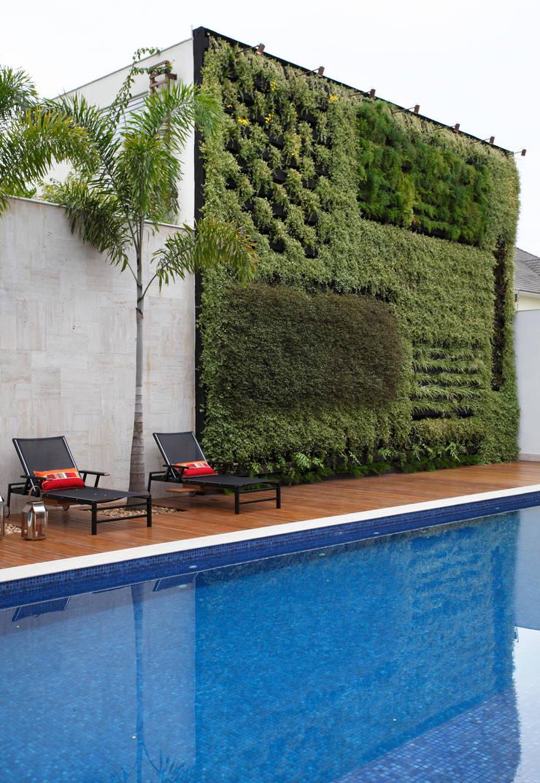 Piscina e Jardim Vertical: Jardins  por Arquitetura e Interior