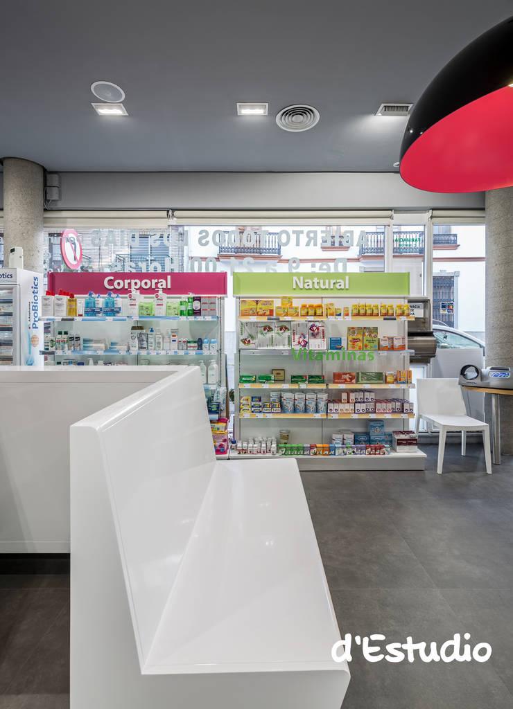 Farmacia Mayor Xirivella | Zona de Espera: Espacios comerciales de estilo  de d'Estudio