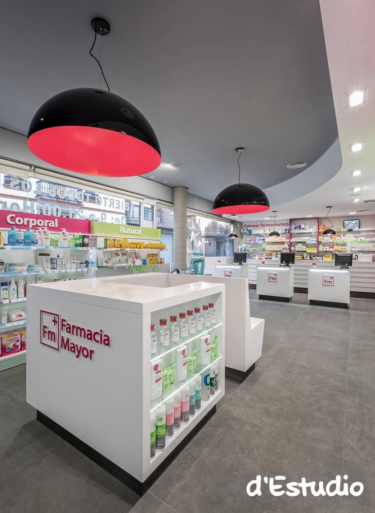 Farmacia Mayor Xirivella | Isla Central: Espacios comerciales de estilo  de d'Estudio