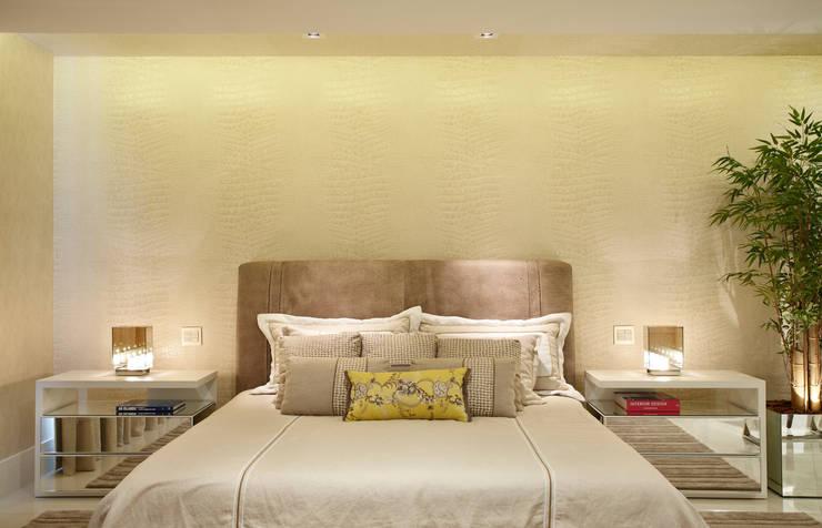 Camera da letto in stile in stile Moderno di Arquitetura e Interior