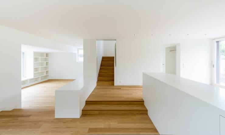 Wohnhaus in Kilchberg:  Flur & Diele von Frei + Saarinen Architekten