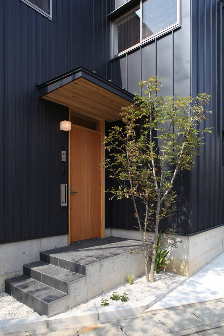玄関ポーチ: 青木昌則建築研究所が手掛けた家です。,北欧