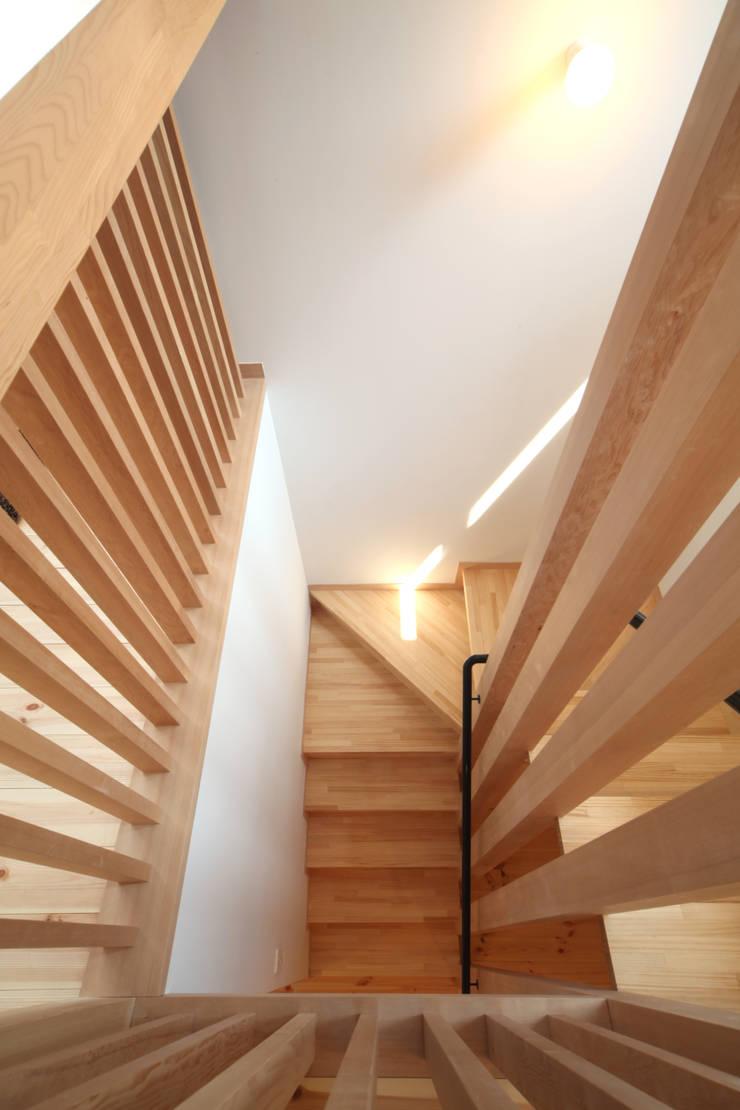 階段: 青木昌則建築研究所が手掛けた廊下 & 玄関です。,北欧