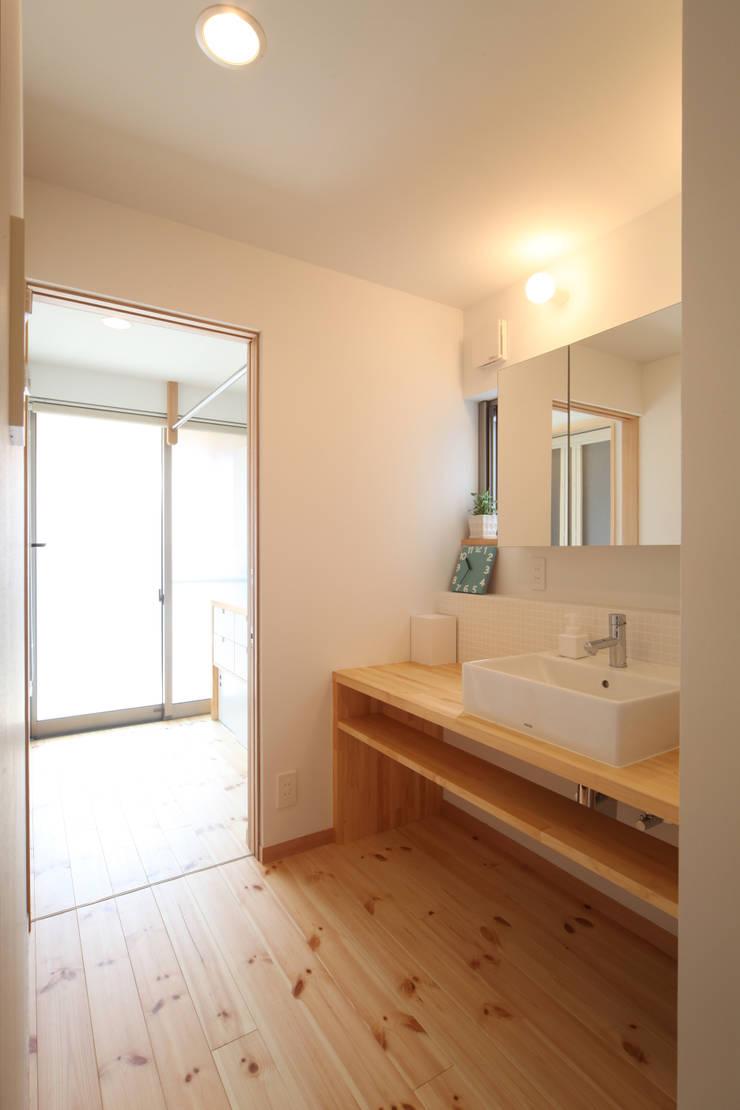 洗面: 青木昌則建築研究所が手掛けた浴室です。,北欧