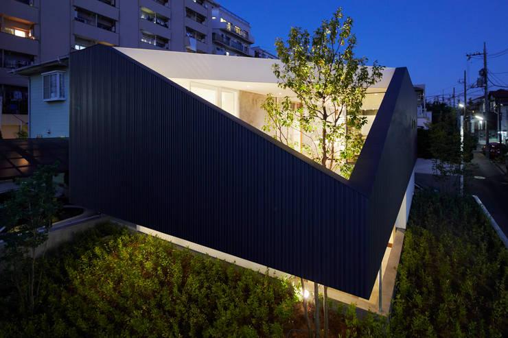 TY 光が降り注ぐテラスのある家: 山縣洋建築設計事務所が手掛けた家です。