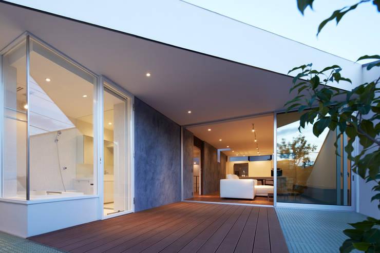 TY 光が降り注ぐテラスのある家: 山縣洋建築設計事務所が手掛けた庭です。
