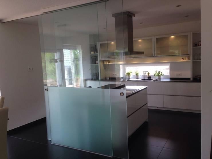 Schön Weiß Hochglanz Grifflose Küche In Lack / Oberschränke Milchglas Innen Und  Unterbeleuchtung: Moderne Küche Von