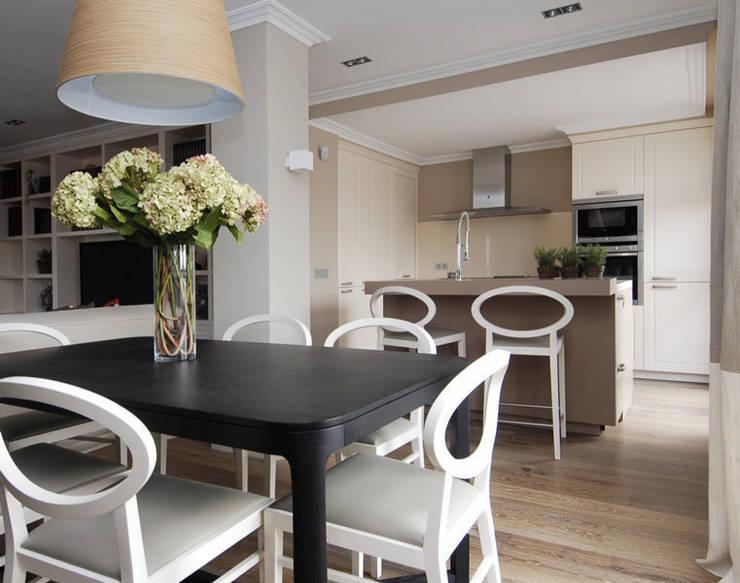 Sube Susaeta Interiorismo y Sube Contract diseño interior de casa con terraza: Cocinas de estilo clásico de Sube Susaeta Interiorismo