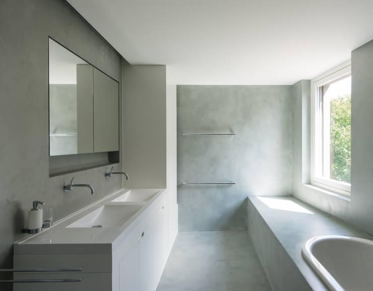 Wohnhaus in Kilchberg: klassische Badezimmer von Frei + Saarinen Architekten