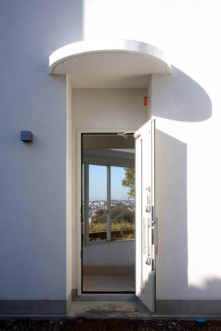 玄関: (有)設計工房TOGAWAが手掛けた窓です。