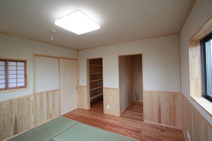 大島の家: 鈴木住建が手掛けた寝室です。