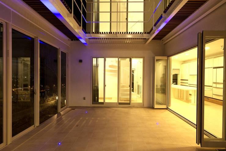 夜景コート: (有)設計工房TOGAWAが手掛けたテラス・ベランダです。