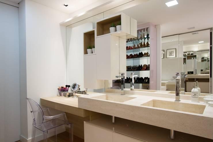 Apartamento Jacob : Banheiros  por Estúdio Kza Arquitetura e Interiores
