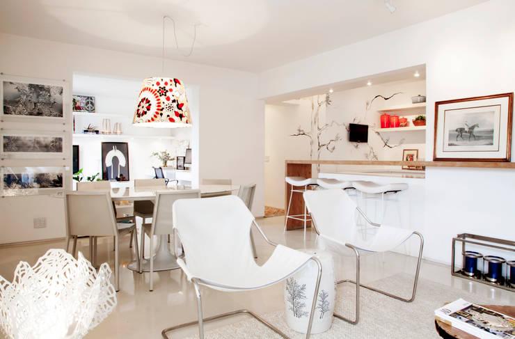 Living com ambientes integrados: Salas de jantar  por Helô Marques Associados