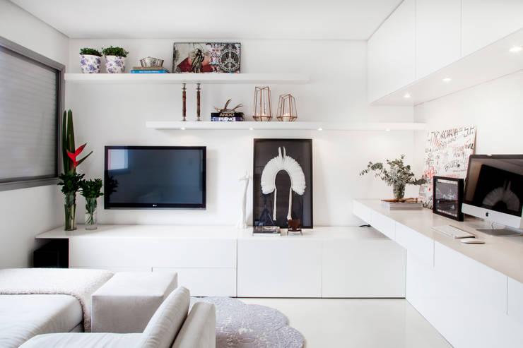 minimalistische Studeerkamer/kantoor door Helô Marques Associados