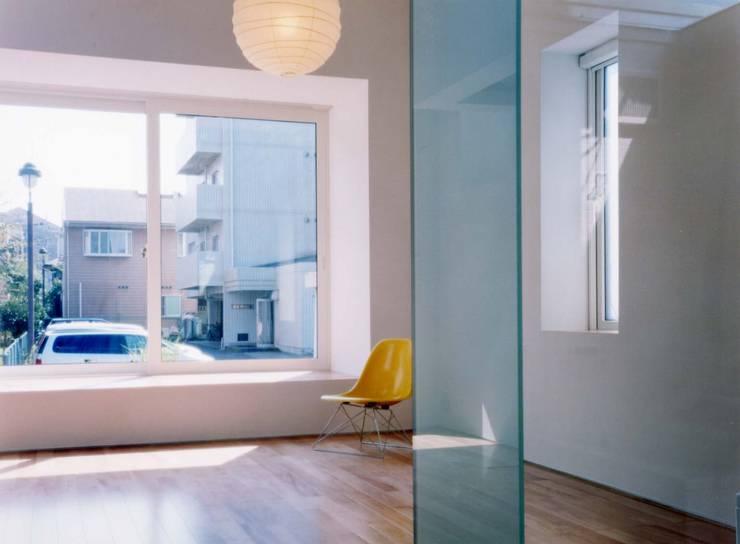 プラス・ワンルーム: 大成優子建築設計事務所が手掛けたリビングです。