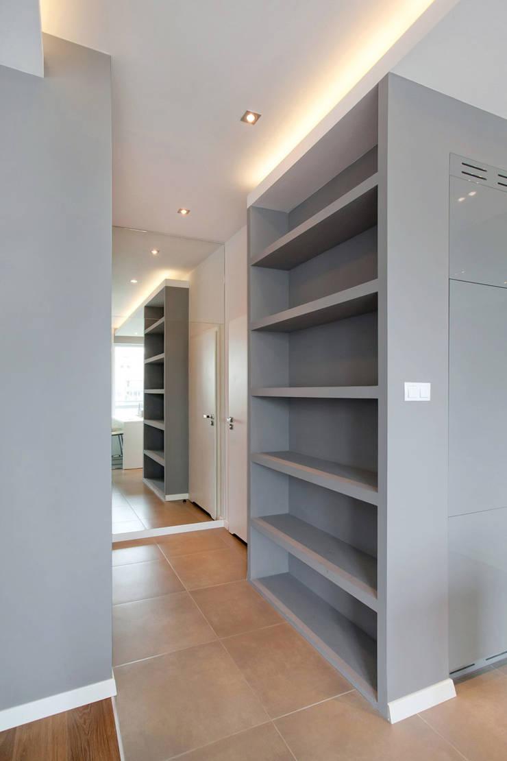 Realizacja projektu mieszkania 70 m2 w Krakowie: styl , w kategorii Korytarz, przedpokój zaprojektowany przez Lidia Sarad
