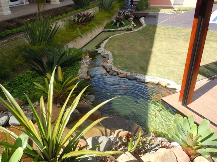 Lago artificial: Jardins  por Flávia Brandão - arquitetura, interiores e obras