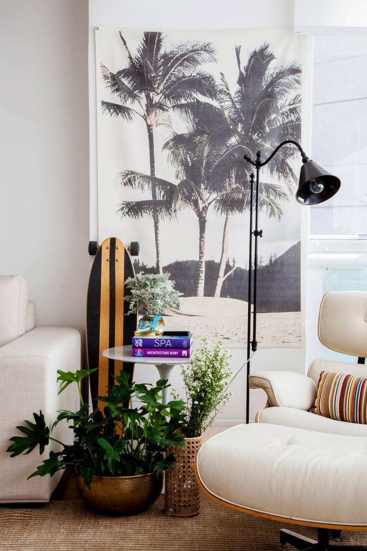 Apartamento Vila Olímpia: Sala de estar  por Helô Marques Associados