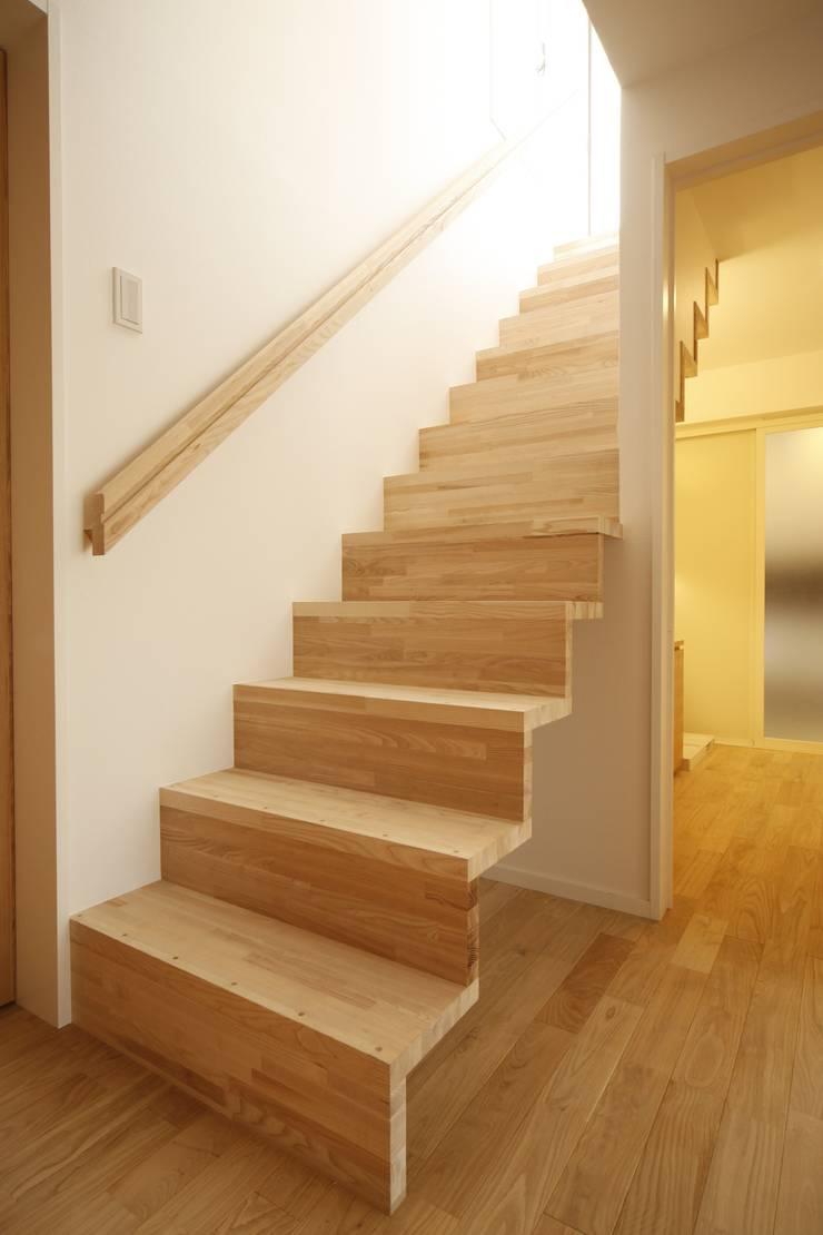 階段: 有限会社クリエデザイン/CRÉER DESIGN Ltd.が手掛けた廊下 & 玄関です。