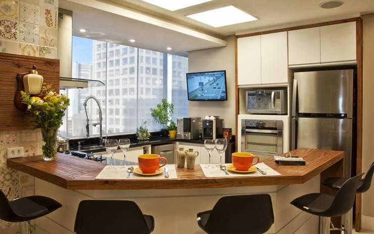 REFORMA EM APARTAMENTO CONSTRUÍDO A MAIS DE 50 ANOS.: Cozinhas  por Tania Bertolucci  de Souza  |  Arquitetos Associados