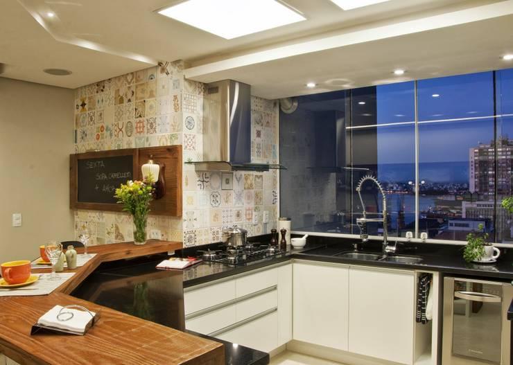 REFORMA EM APARTAMENTO CONSTRUÍDO A MAIS DE 50 ANOS.: Cozinhas  por Tania Bertolucci  de Souza  |  Arquitetos Associados,Moderno