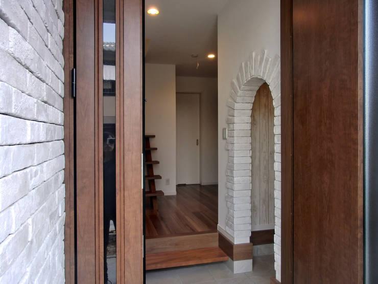 エントランス: 高嶋設計事務所/恵星建設株式会社が手掛けた家です。,カントリー