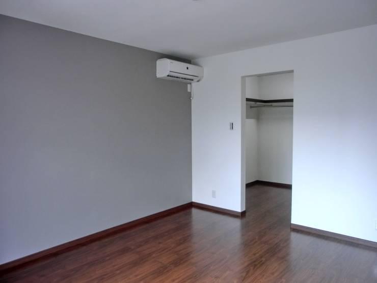 寝室: 高嶋設計事務所/恵星建設株式会社が手掛けた寝室です。,モダン