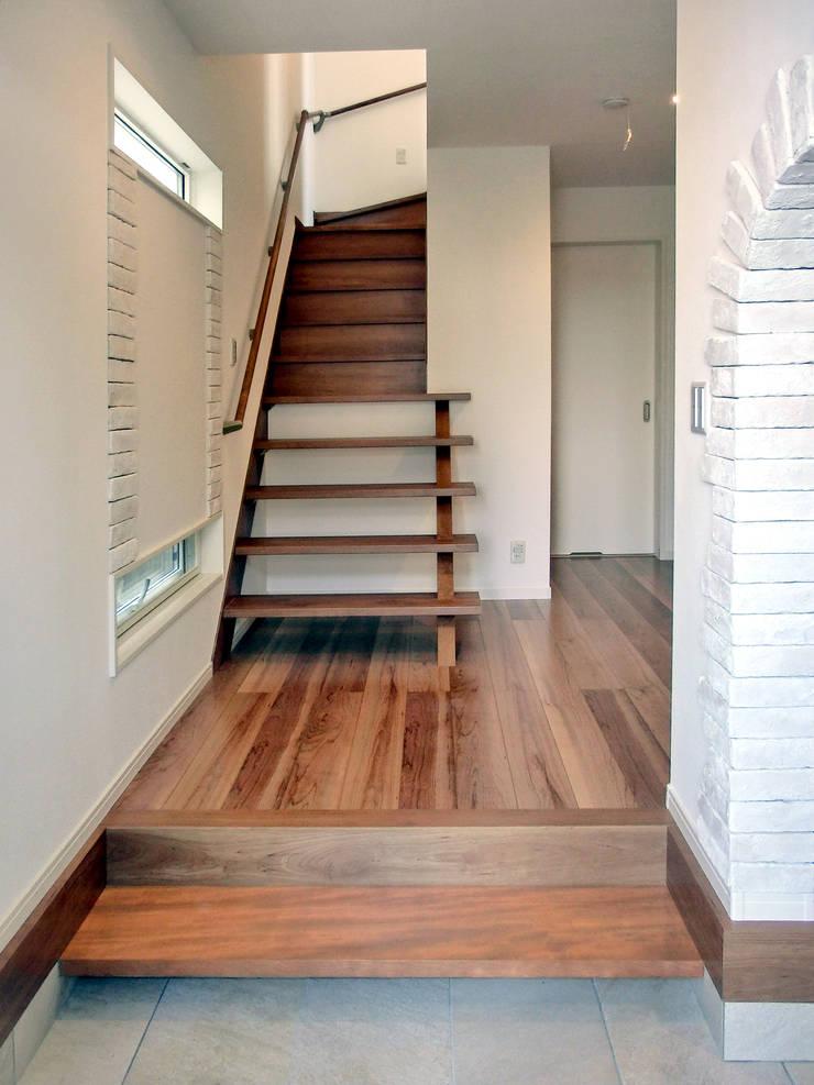 Country style corridor, hallway& stairs by 高嶋設計事務所/恵星建設株式会社 Country