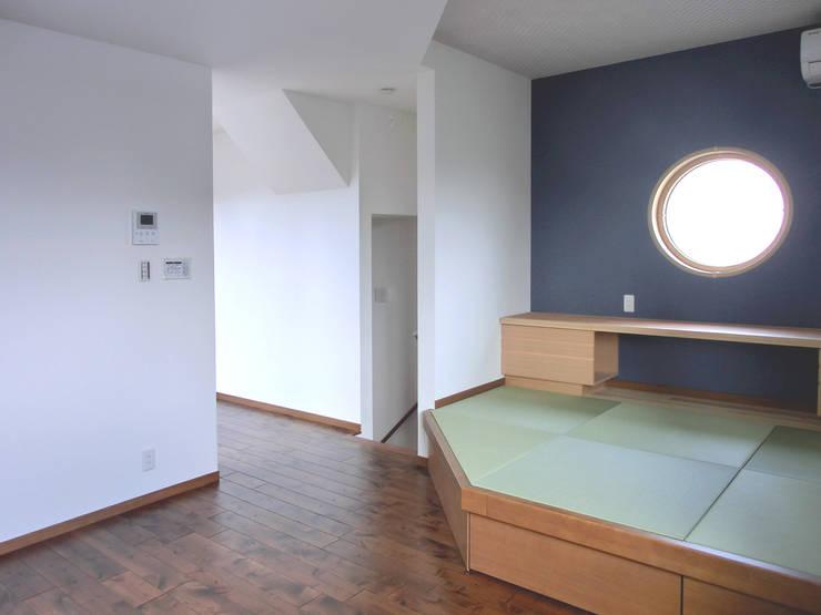 たたみスペース: 高嶋設計事務所/恵星建設株式会社が手掛けた和室です。,和風