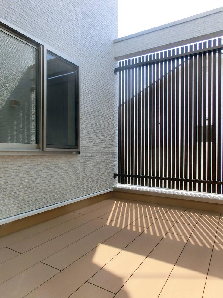 中庭テラス: 高嶋設計事務所/恵星建設株式会社が手掛けた庭です。,北欧