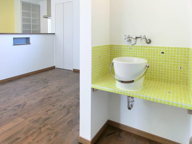 洗面所: 高嶋設計事務所/恵星建設株式会社が手掛けた洗面所&風呂&トイレです。