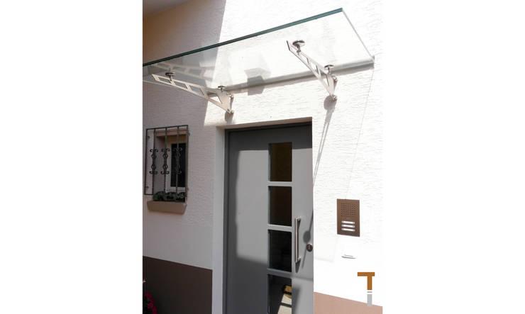Neue Haustür mit Vordach:  Häuser von architektur WEIDE