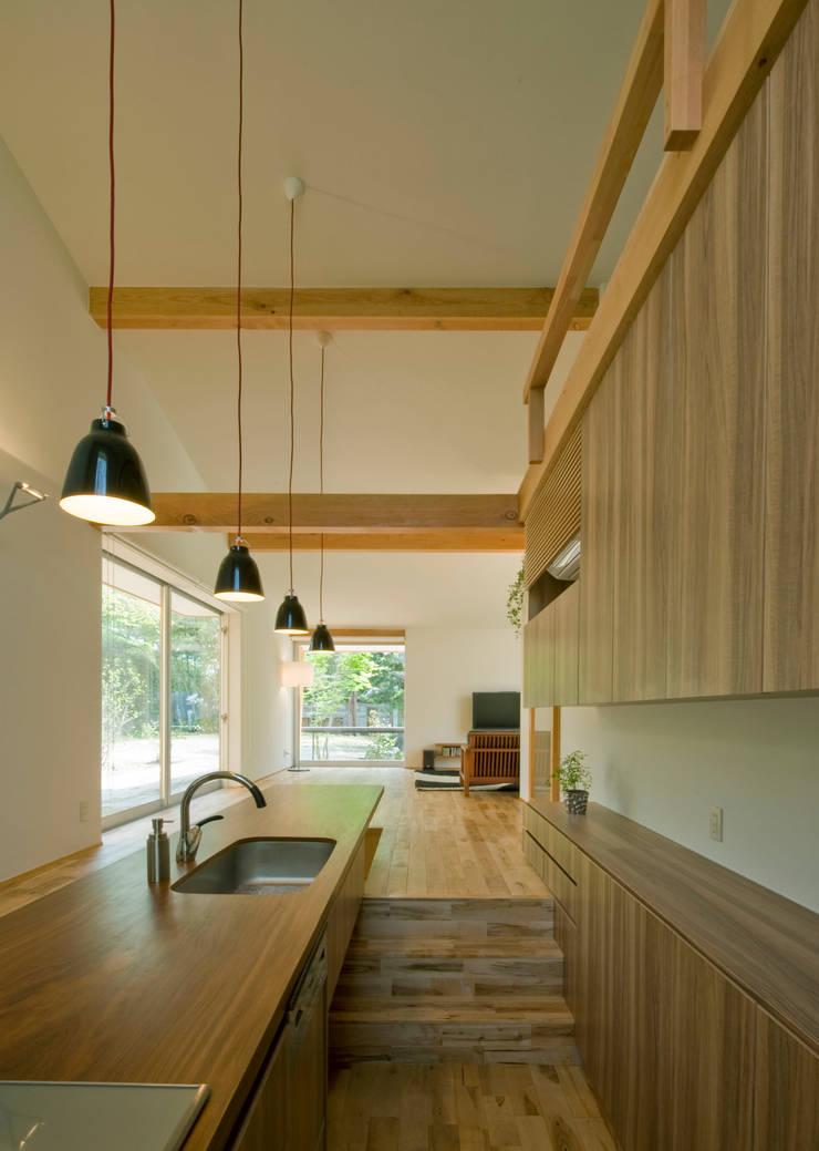 チ-クの1枚板で出来たキッチンと食卓: IBC DESIGNが手掛けたキッチンです。,モダン