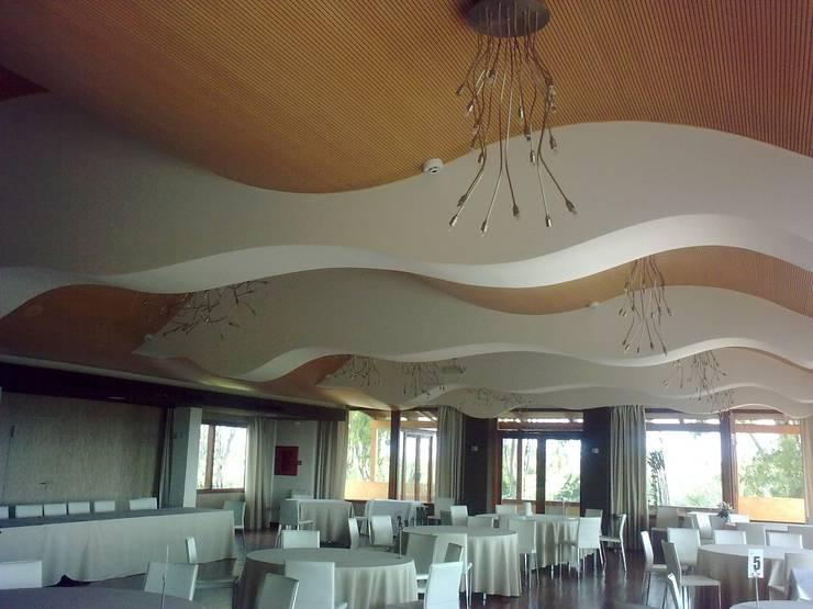 Vista del interior de un de los salones: Locales gastronómicos de estilo  de Duart-Vila Arquitectes S.L.P.