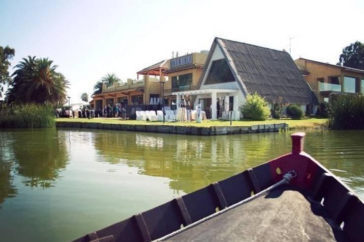 Vision del complejo a bordo de una barca desde l´Albufera: Locales gastronómicos de estilo  de Duart-Vila Arquitectes S.L.P.