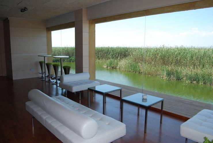 Vista desde una de las zonas interiores, hall de acceso a los distintos salones y salas de planta 1ª.: Locales gastronómicos de estilo  de Duart-Vila Arquitectes S.L.P.