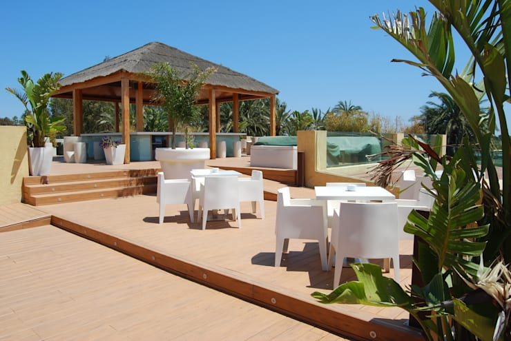 vista desde la terraza: Locales gastronómicos de estilo  de Duart-Vila Arquitectes S.L.P.