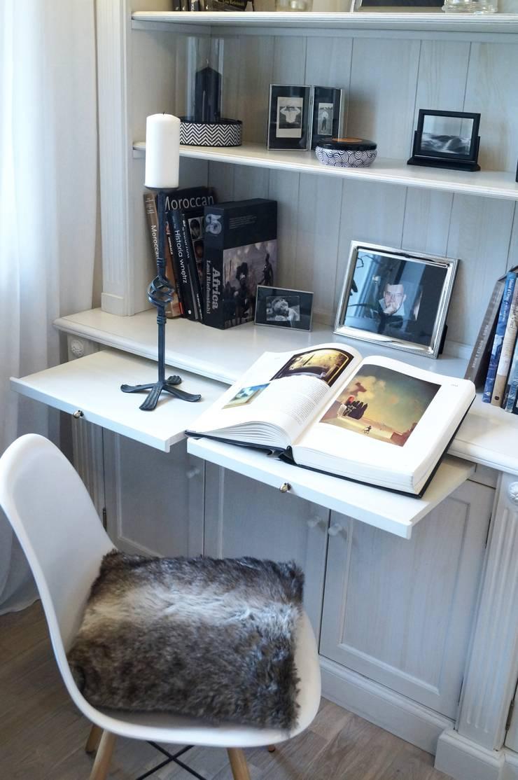 Biblioteczka w stylu francuskim.: styl , w kategorii Salon zaprojektowany przez GocaDesign